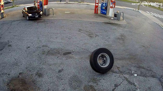 Verdwaalde band botst tegen wagen aan tankstation