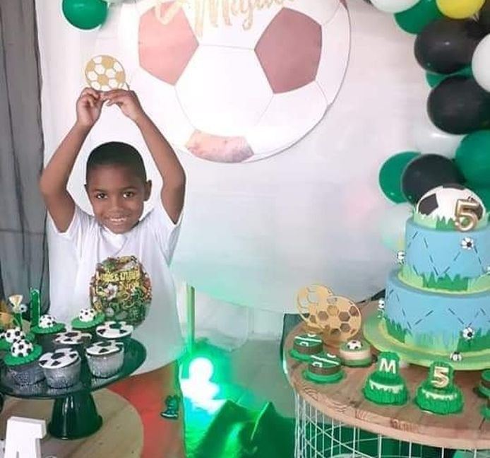 Miguel tijdens zijn vijfde verjaardag, geheel in voetbalstijl. De omgekomen jongen droomde van een carrière als profvoetballer.