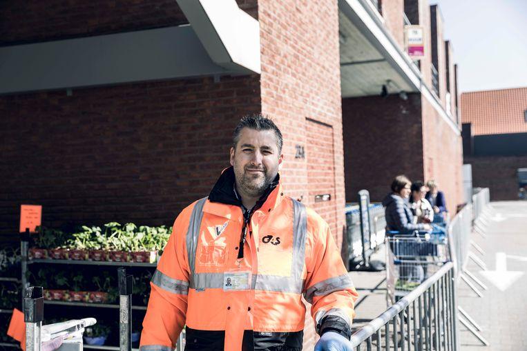 Veiligheidscontroleur Jo Vanrutten aan de 'gates' van de Lidl in Wellen.