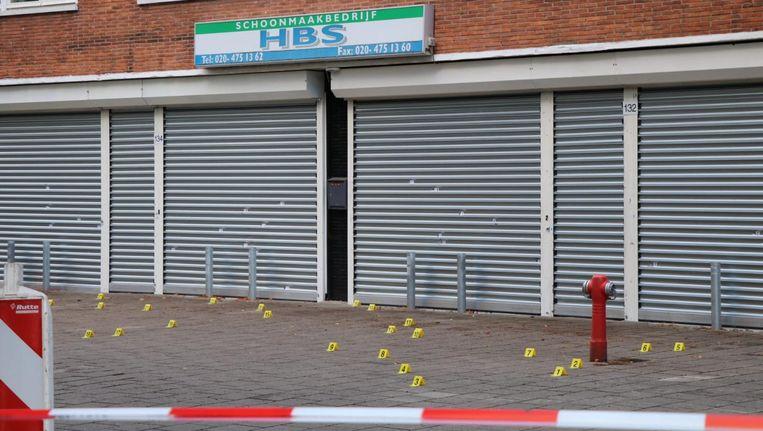 Meerdere kogelgaten in het pand in de Johan Huizingalaan Beeld -
