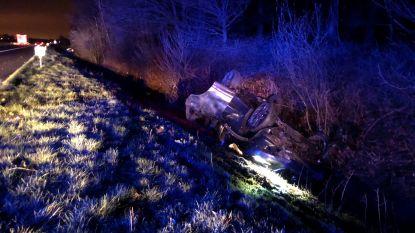Auto op z'n kop in de gracht na ongeval op de E403 bij Ruddervoorde