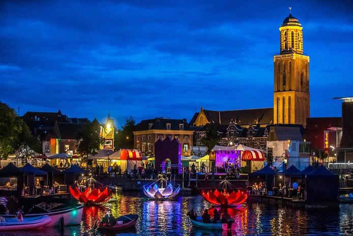 De opening van het Stadsfestival 2015 donderdagavond met een diner op de Stadsgracht. Foto: Frans Paalman