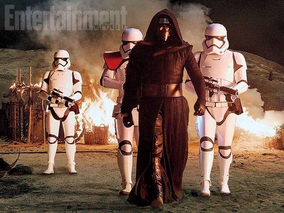 Kylo Ren, gespeeld door Adam Driver, in het gezelschap van enkele stormtroopers.