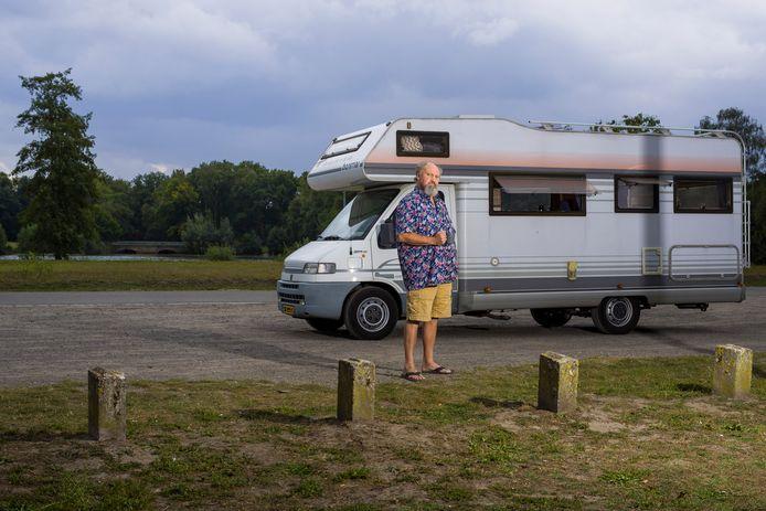 Pieter de Jong slaapt tijdelijk in een camper. Volgens hem is hij allergisch voor de walmen van de kapsalon naast zijn woning.