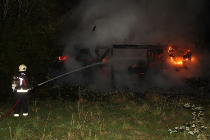 Een brandweerman blust het vuur.