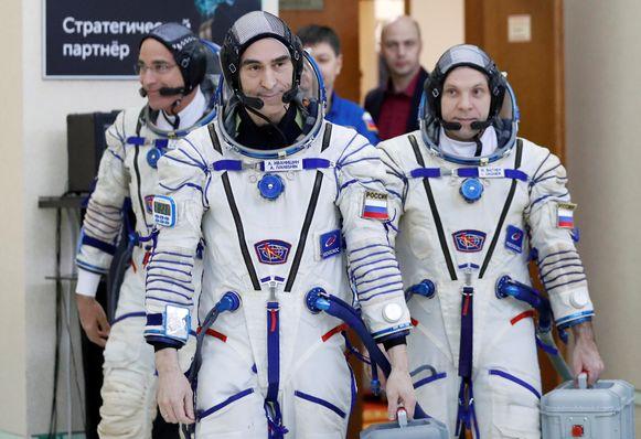 De huidige crewleden op het ISS: Amerikaan Chris Cassidy (L) van NASA, Anatoly Ivanishin (C) and Ivan Vagner van Roscosmos vlak voor hun vertrek in Moskou in maart.