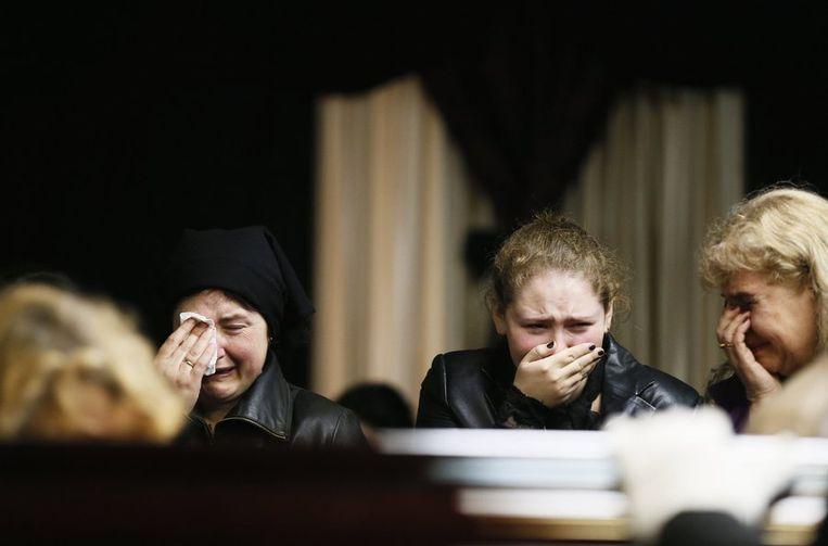 Rouwende mensen bij het lichaam van Vyacheslav Markin, een regionale afgevaardigde voor het parlement die vrijdag omkwam.