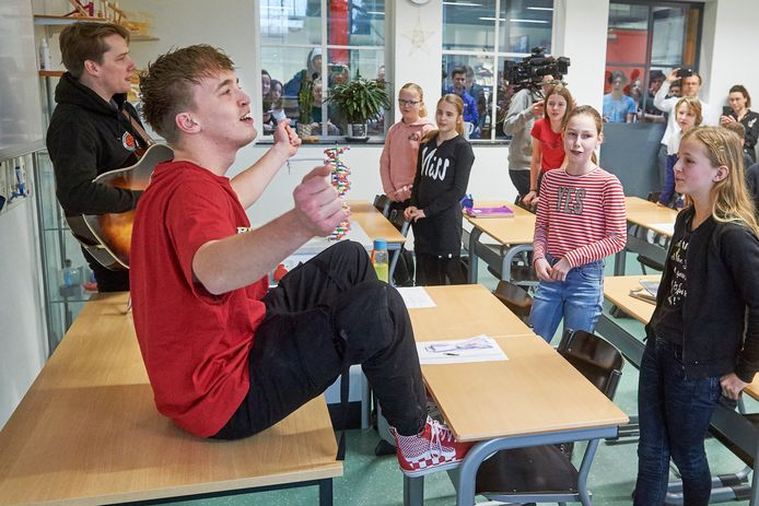 Rapper Snelle brengt een bezoek aan gymnasium Bernrode te Heeswijk Dinther. Fotograaf: Van Assendelft/Jeroen Appels
