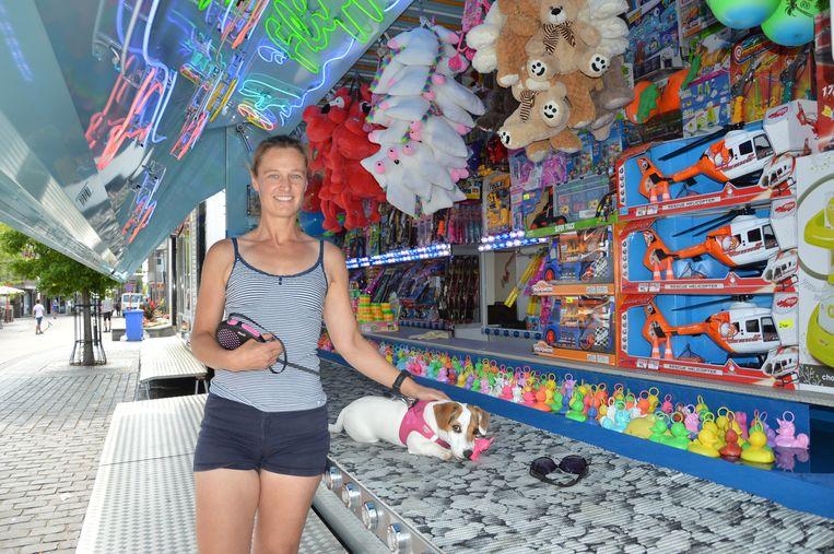 Uitbaatster Evy bij haar eendjeskraam op de Graanmarkt in Ninove.