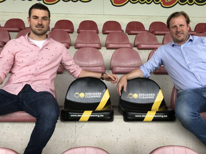 KVK-partnershipmanager Pieter Vandoolaeghe (links) en CEO Stijn Haghebaert van Derudder Cleaning bij de twee gepersonaliseerde zitjes.