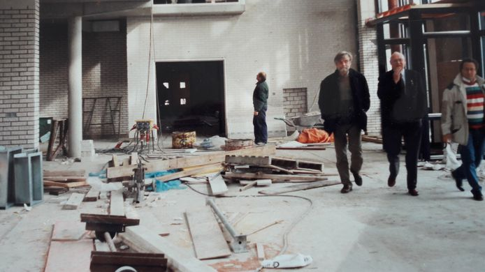 Eddie ten Duis (links), naast Apollo-voorzitter Vos en architect Daan Josee (rechts). Drie maanden later werd in de ruwbouw van De Reggehof de uitvaart van de voorvechter gehouden.