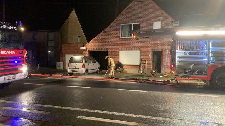De brandweer bij het huis langs de Diksmuidebaan.