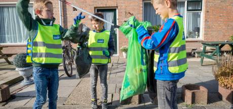 Kinderen van basisschool de Molenvliet in Klundert ruimen zwerfafval op