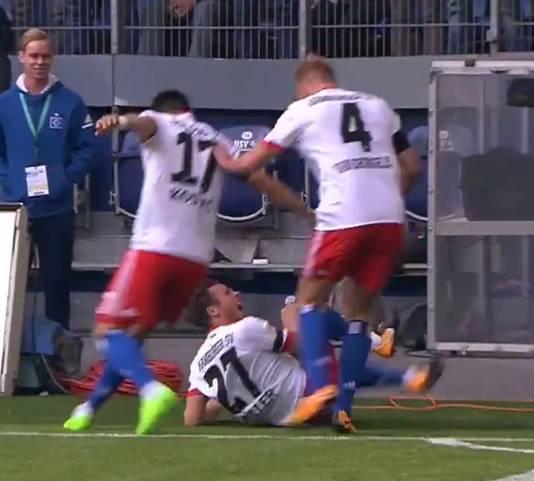 Nicolai Müller schreeuwt het uit, nadat hij bij zijn vreugdesprong onderuit is gegaan.