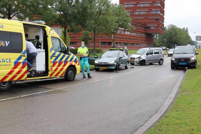 Drie auto's botsen op de Taxandriaweg in Waalwijk.