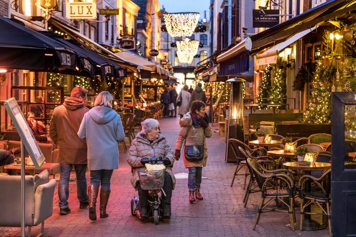 Nederland,  Den Bosch, de kerstboom verlichting in de Korte Putstraat