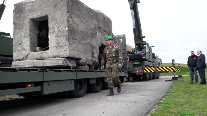 De bunker arriveert in het Bevrijdingsmuseum in Nieuwdorp.