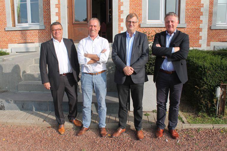 Burgemeester Willy Segers en Open VLD-kopstuk Luc Deleu worden geflankeerd door partijvoorzitters Marc Willen (links) en Luc Vanlee (rechts)