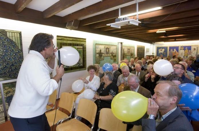 Ballonnen blazen onder aanvoering van Emile Ratelband bij de opening van de expositie Wijsheid aan de wand in het Tegelmuseum in Otterlo. Rechts directeur Martin van Meurs van het museum. foto Herman Stöver