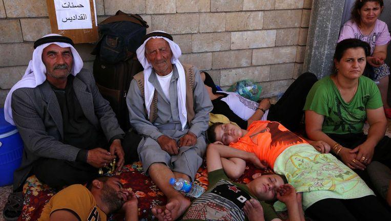 Irakese christenen die het geweld in Karakush zijn ontvlucht, schuilen in een kerk in Erbil. Beeld afp