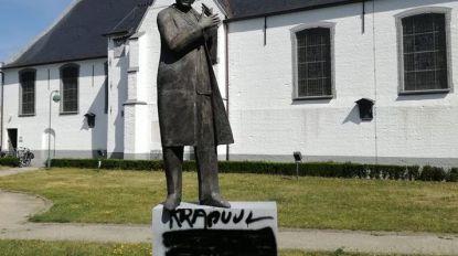 """Ook standbeeld Wilfried Martens beklad met opschrift """"krapuul"""""""