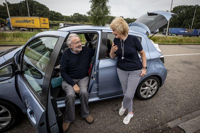 """Christopher en Sara bij Avia Lonnekermeer, op weg naar Berlijn: """"Boot en auto veiliger en comfortabeler dan vliegtuig."""""""