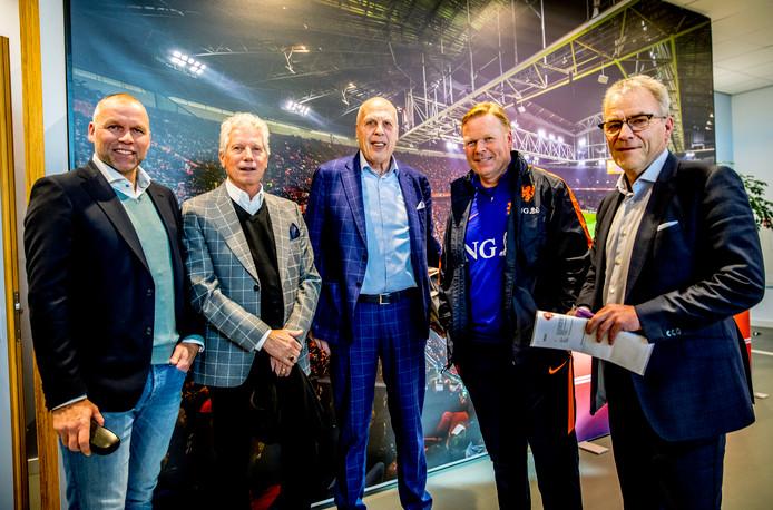 Ronald Koeman met zijn bazen Nico-Jan Hoogma, Han Berger, Jan Smit en Eric Gudde.