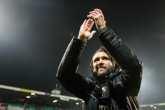 NEC-trainer Peter Hyballa bedankt het publiek na de 3-2 overwinning op FC Twente.
