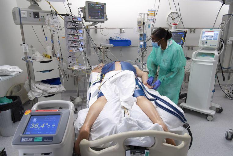 Een coronapatiënt ligt op zijn buik in een Zwitsers ziekenhuis. Beeld EPA