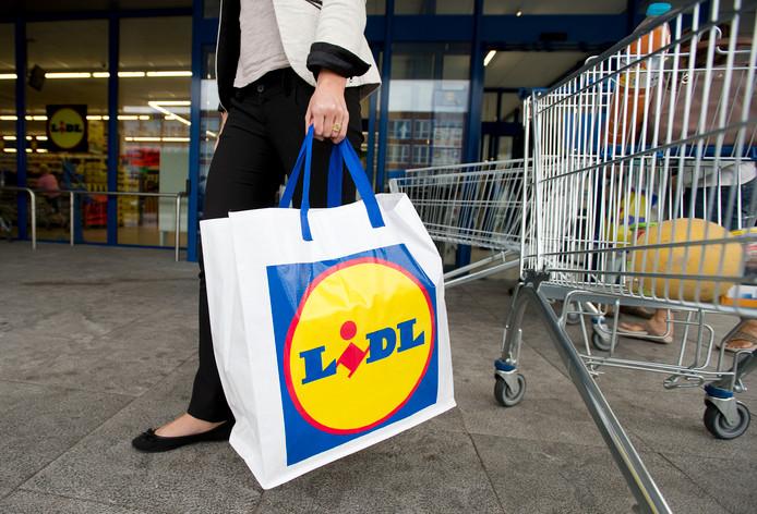 Een klant met een boodschappentas van supermarkt Lidl.