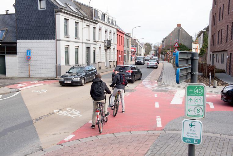 Fietsers die de Leupegemstraat willen oversteken ter hoogte van de kerk, moeten het voorlopig nog altijd stellen met wat verf op de weg. De straat dwarsen is een gewaagde onderneming.