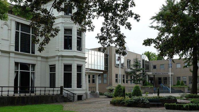 Het gemeentehuis in Asperen. De witte 'bestuursvilla' is via een brug verbonden met een later aangebouwd deel.