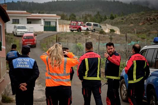 Veiligheidsdiensten bij een weg die naar de grot gaat waar een moeder en haar zoon dood werden gevonden.