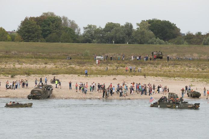 Verschillende amfibievoertuigen zijn er inmiddels in geslaagd aan land te komen.
