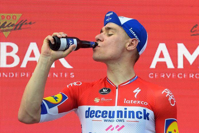 Fabio Jakobsen laat het zich goed smaken na zijn ritzege.