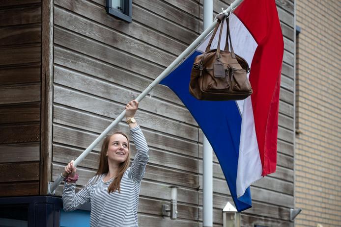 Eva Dyadko hangt de vlag uit: ze is geslaagd!