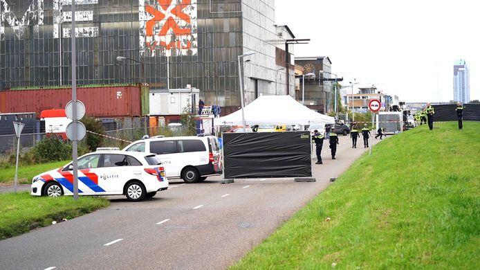 De twee slachtoffers wisten nog te vluchten met hun auto en onderweg 112 te bellen, maar kwamen op de Oostdijk in Rotterdam-IJsselmonde tot stilstand. Daar bleek de 30-jarige Aziz te zijn overleden. De andere man overleefde de schietpartij.