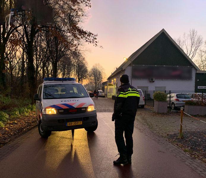 Politie doet onderzoek op de plek van de groepsverkrachting