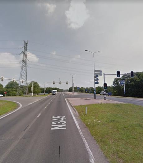 Auto rijdt van talud op N345, weg twee uur lang dicht