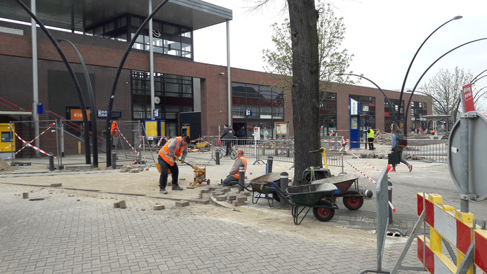 Het nieuwe Stationsplein in Boxtel in wording. Vandaag en morgen wordt de metamorfose volbracht.