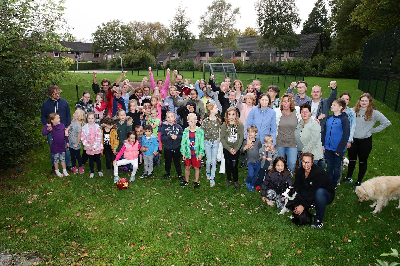 Een kleine vijftig boze buurtbewoners uit Bilthoven laten duidelijk merken dat ze een mast in de speeltuin en vlakbij huizen niet op prijs stellen. Ze staan hier op de plaats waar de mast moet verrijzen.