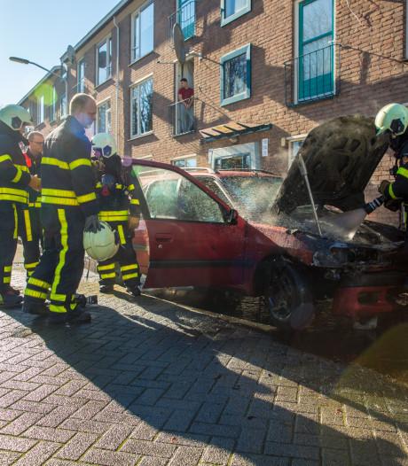 Auto vliegt al rijdend in brand in Roosendaal