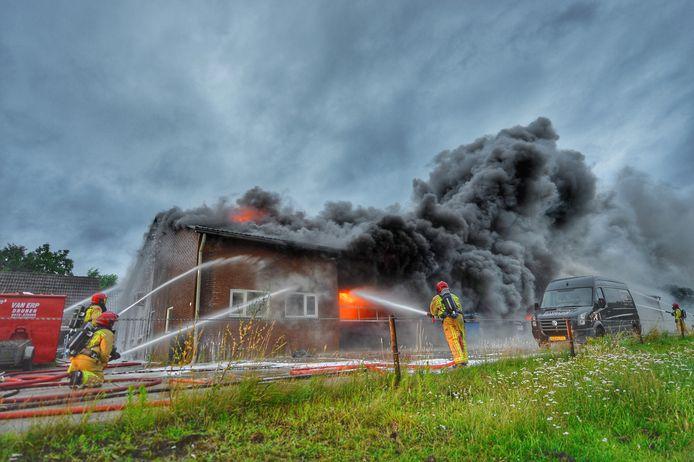 De brandweer probeerde dinsdagavond te voorkomen dat het vuur zich uitbreidde.