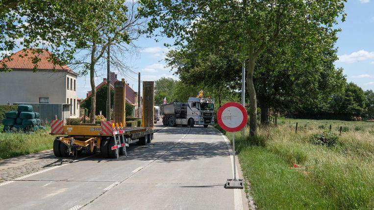 De werken aan de rotonde aan de Kemmelseweg duren iets langer dan gepland.