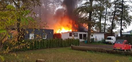Felle brand op camping in Sinderen onder controle: chalet gaat verloren
