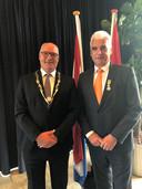 Burgemeester Henny van Kooten en wethouder Peter de Vries tijdens lintjesregen 2019. De Vries kreeg toen een Koninklijke Onderscheiding.