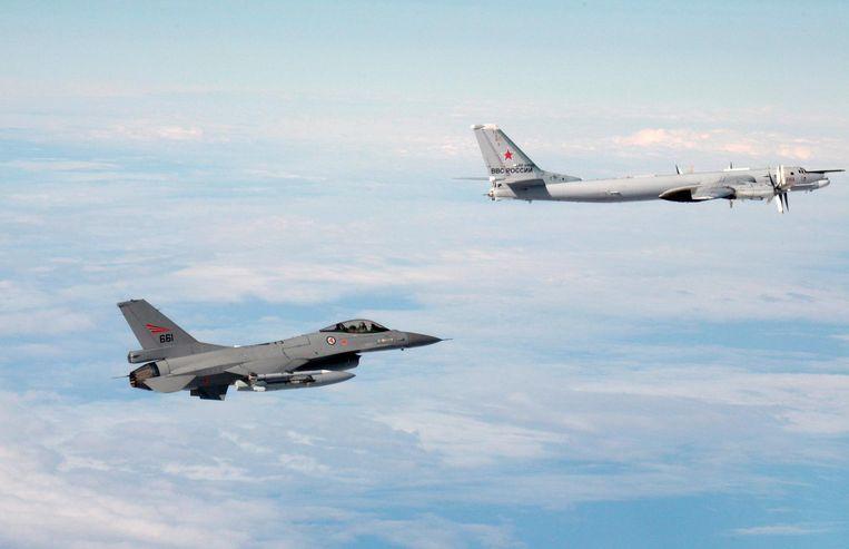 De Tu-95 was de belangrijkste langeafstandsbommenwerper van de Russen tijdens de Koude Oorlog. De Tupolevs zijn sinds de jaren vijftig operationeel. De versie die de Russen nu hebben, is een gemoderniseerde variant. Hier wordt een Tu-95 in 2014 in de gaten gehouden door een Noorse F-16. Beeld EPA