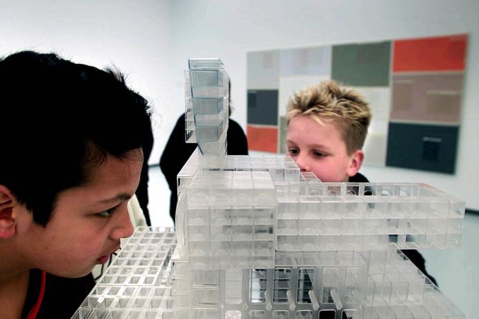 Kinderen vergapen zich aan kunst tijdens een eerdere editie van de Biënnale.