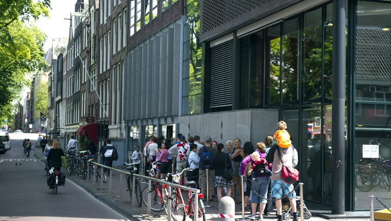 Bezoekers van het Anne Frank Huis staan in de rij. Beeld ANP