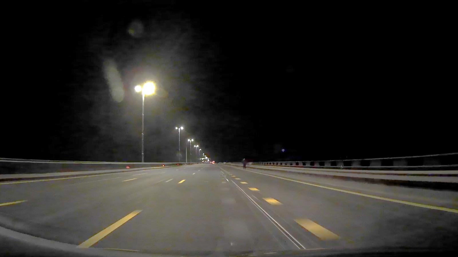 Drie mannen liepen vannacht over de snelweg A1 bij Deventer in de hoop op een lift richting het westen.